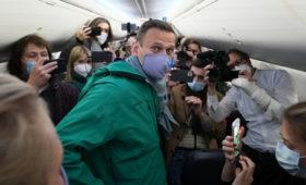 Самолет с Навальным сел в Шереметьево