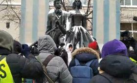 В Москве девушки выстроились в «цепь солидарности» с Юлией Навальной