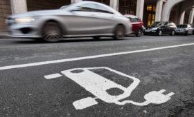 Эксперты назвали год, когда на электромобили придется половина продаж