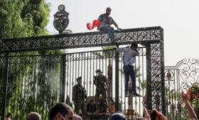 Тунис охватили протесты после решения президента взять на себя всю власть