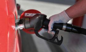 Цены на бензин в России упали впервые за год